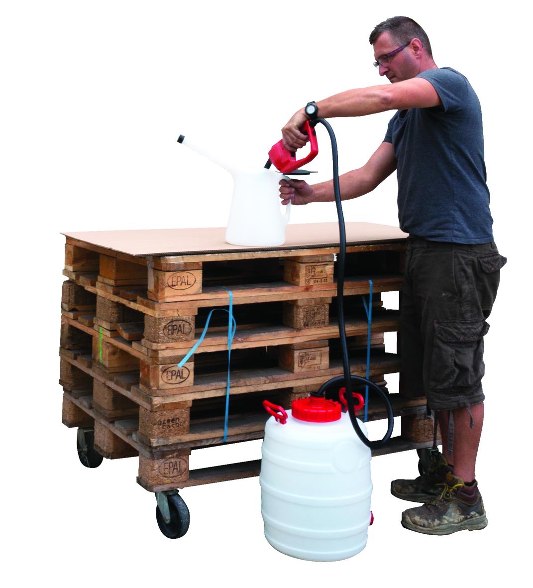 Le pistolet gasoil, essence, eau avec une pompe intégrée